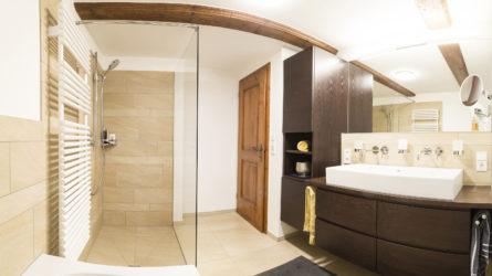 Referenz Dorfinstallateur Badsanierung Vollbad Dusche Badewanne Waschtisch